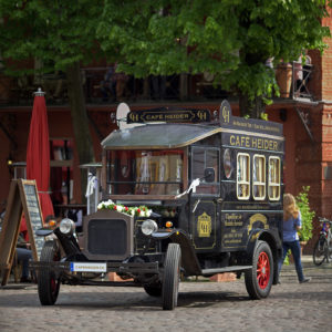 Der Café Heider Oldtimer als unser heutiges Fotomodell im Schlosspark Köpenick.